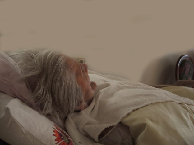 starsza kobieta w łóżku